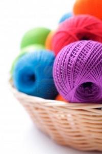 14587577-des-fils-de-tricotage-sur-un-fond-blanc-dans-le-panier